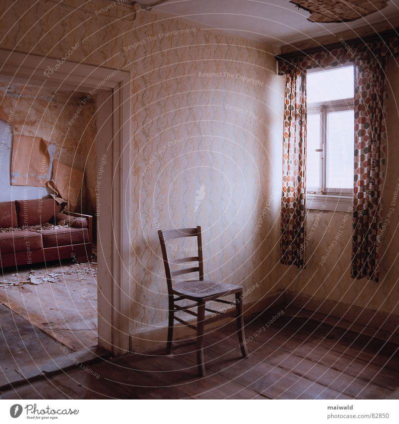 Hauptstraße 13/3 alt Einsamkeit Haus Fenster Wand Holz Mauer Gebäude braun Tür Raum Zeit dreckig Wohnung Innenarchitektur leer
