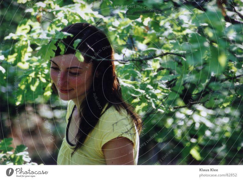 to smile with happiness Frau Baum Sommer Wald lachen Zweig Scham Mensch