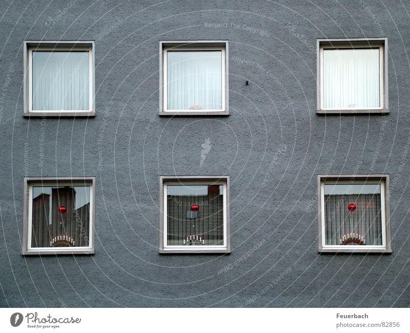 Alles in Ordnung Weihnachten & Advent Fenster grau Fassade trist Wohnhaus Weihnachtsdekoration Bieder Kerzenständer Fensterdekoration