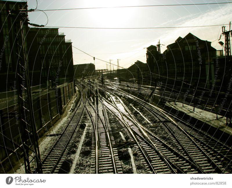 Alte Bahnstrecke Eisenbahn Gleise Öffentlicher Personennahverkehr Verkehr Bewegung schwarz dunkel Haus grau Bahnhof Industriefotografie Brücke