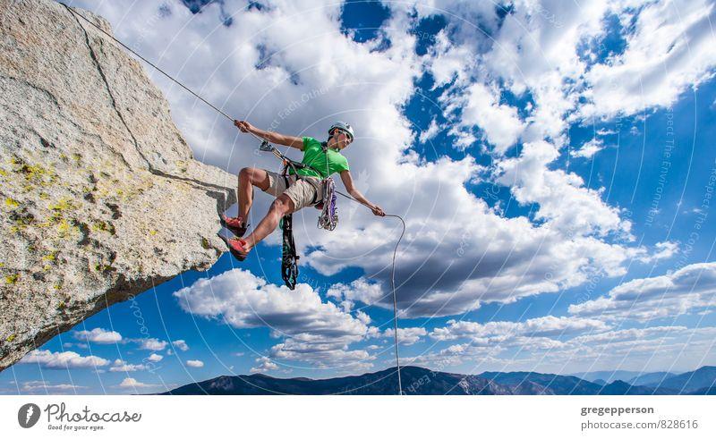 Mensch Wolken Erwachsene Erfolg Abenteuer Klettern Höhenangst Mut Gleichgewicht Bergsteigen selbstbewußt greifen Klippe Tatkraft Helm 30-45 Jahre
