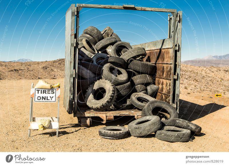 Alte LKW-Reifen. Industrie Umwelt Verkehrsmittel alt gebrochen Müllhalde Müllcontainer wiederverwerten Gummi verwendet abgenutzt Farbfoto Außenaufnahme