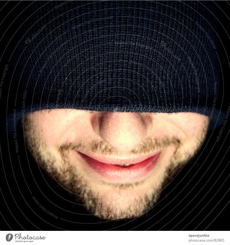Topfschlagen für Anfänger Wollmütze Bart Mütze blind Junger Mann Perspektive lustig Ausgelassenheit Freude Gesicht grinsen lachen Nase Spitze verstecken