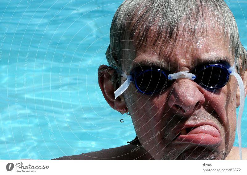 Cool im Pool - II Mann blau Wasser Sommer Freude Gesicht Erwachsene kalt grau Schwimmen & Baden nass Nase frisch Coolness Brille Spitze