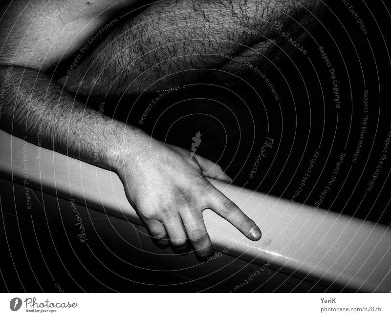 haariges bad sitzen festhalten Hand Badewanne Finger schwarz grau Badewasser nass feucht bltiz austehen fangen Schwimmen & Baden Haare & Frisuren Fuß Beine Arme