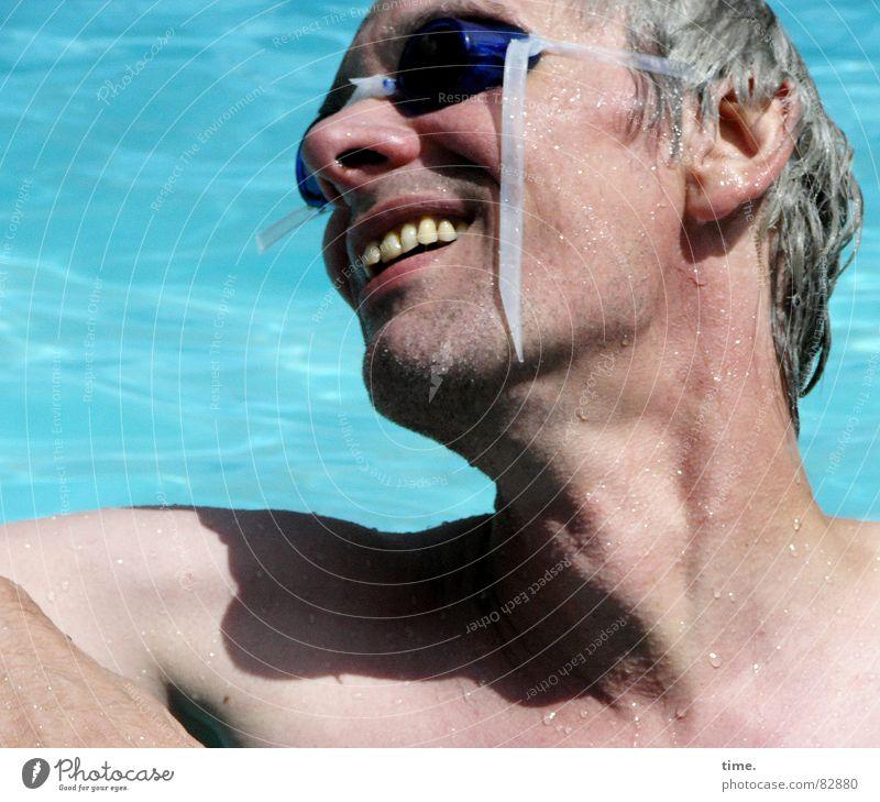 Cool im Pool - IV Mann blau Wasser Sommer Freude Gesicht Erwachsene kalt grau Schwimmen & Baden nass Nase frisch Coolness Brille Spitze