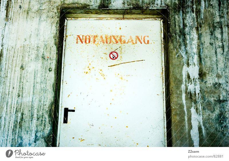 bitte nicht rauchen - notausgang! Wand dreckig Tür Schilder & Markierungen Fabrik Rauchen Tor Zigarette trashig Eingang Griff Ausgang notleidend Schimmelpilze