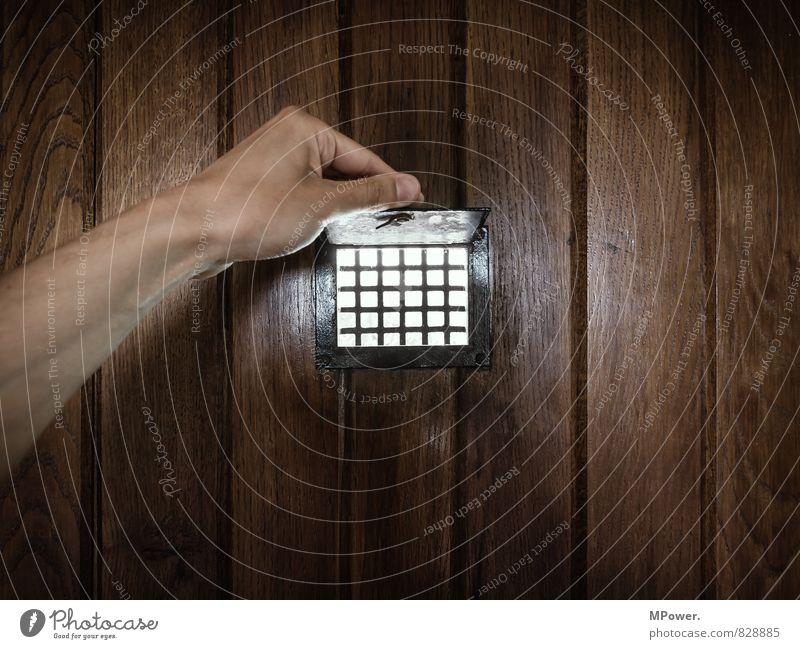 spion Mensch Mann alt Hand Erwachsene Holz Angst Häusliches Leben Arme Finger Sicherheit Neugier Wachsamkeit Kontrolle Eingang Gitter