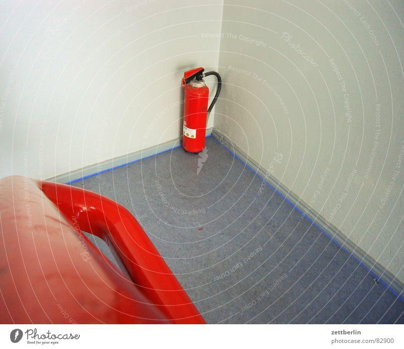 Feuerlöscher rot Brand Industrie Treppe gefährlich Geländer Brandschutz Teppich rothaarig Haushalt Feuerwehr Versicherung Treppenabsatz anzünden Feuerlöscher Versprechen