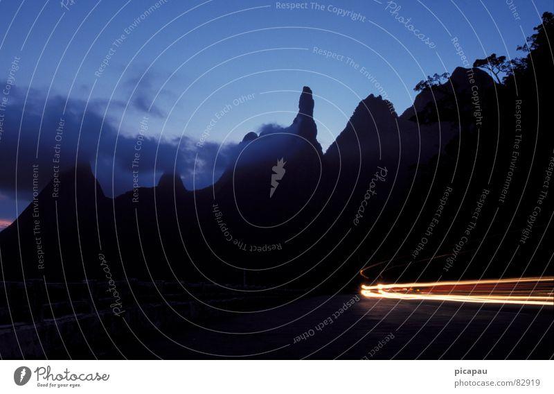 Der Finger Gottes blau schwarz Wolken Berge u. Gebirge leuchten Urwald Kurve Abenddämmerung Scheinwerfer Autoscheinwerfer Bergkette Lichtschein Leuchtspur
