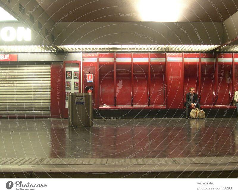 Nation Paris U-Bahn rot Nacht Menschenleer Bahnsteig Frankreich Kunstlicht Neonlicht Verkehr warten