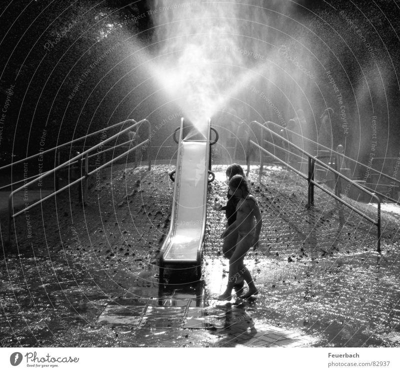 Wasserspielplatz_01 Schwarzweißfoto Außenaufnahme Licht Schatten Kontrast Spielen Sommer Klettern Bergsteigen Kind Kindheit 2 Mensch 8-13 Jahre Nebel Wärme Park