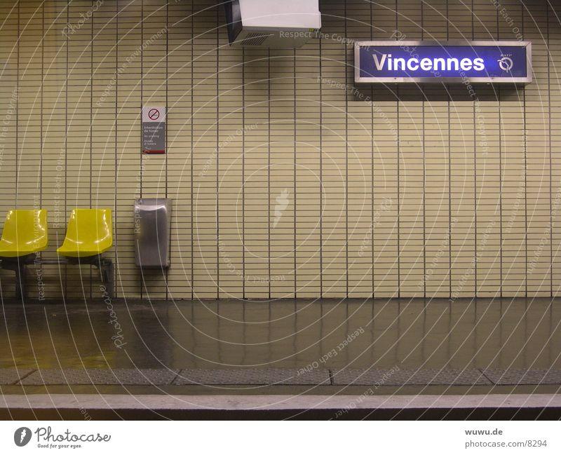 Vincennes Paris U-Bahn Frankreich Bahnsteig beige Neonlicht leer Nacht Verkehr RER Abend
