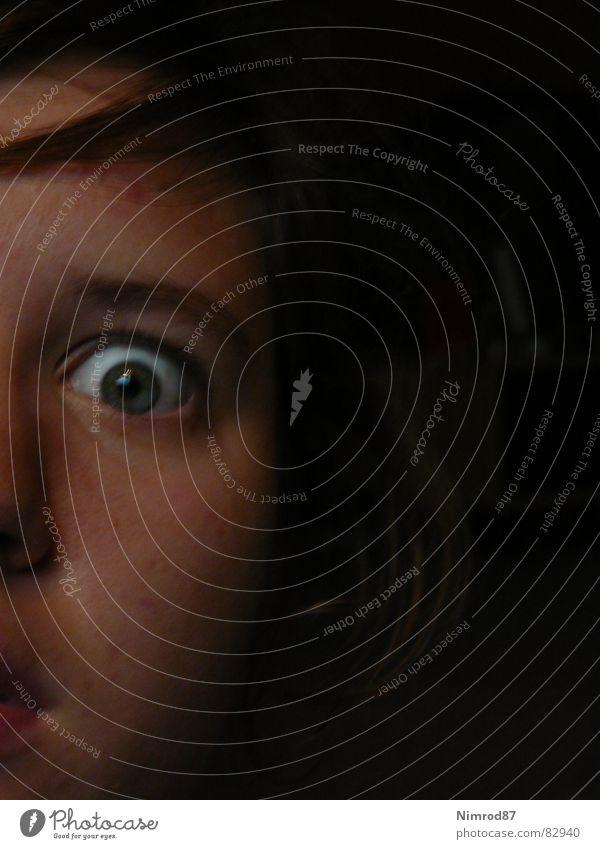 Schock schwarz Gesicht Auge dunkel Haare & Frisuren Angst Nase Perspektive Aussicht Momentaufnahme Publikum Panik Gänsehaut Halbschatten Zeuge