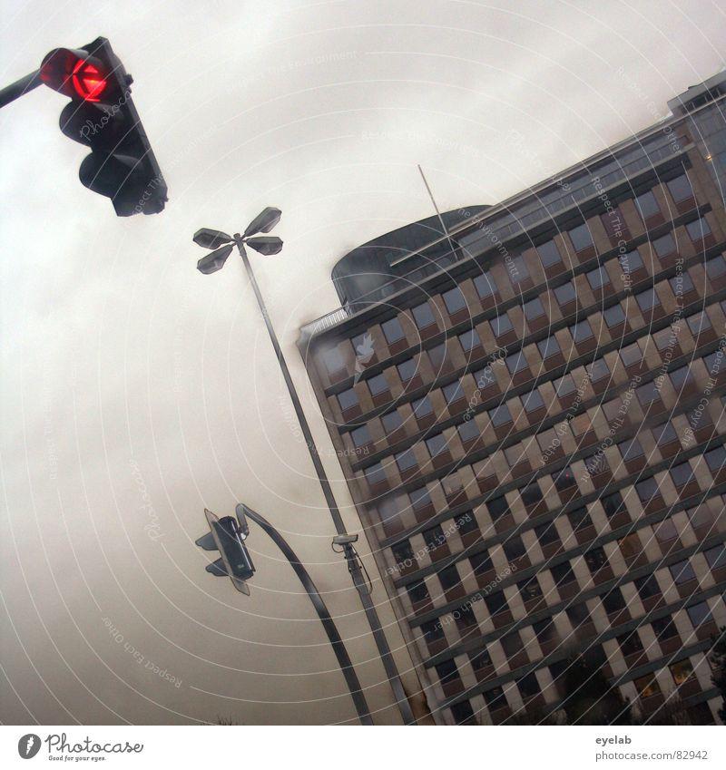 Urbane Kombination Ampel Haus Gebäude Hochhaus Lampe Laterne Wolken Fenster grau rot Stadt Verkehr Verkehrsstau Sehnsucht Hoffnung Stimmung Trauer Einsamkeit