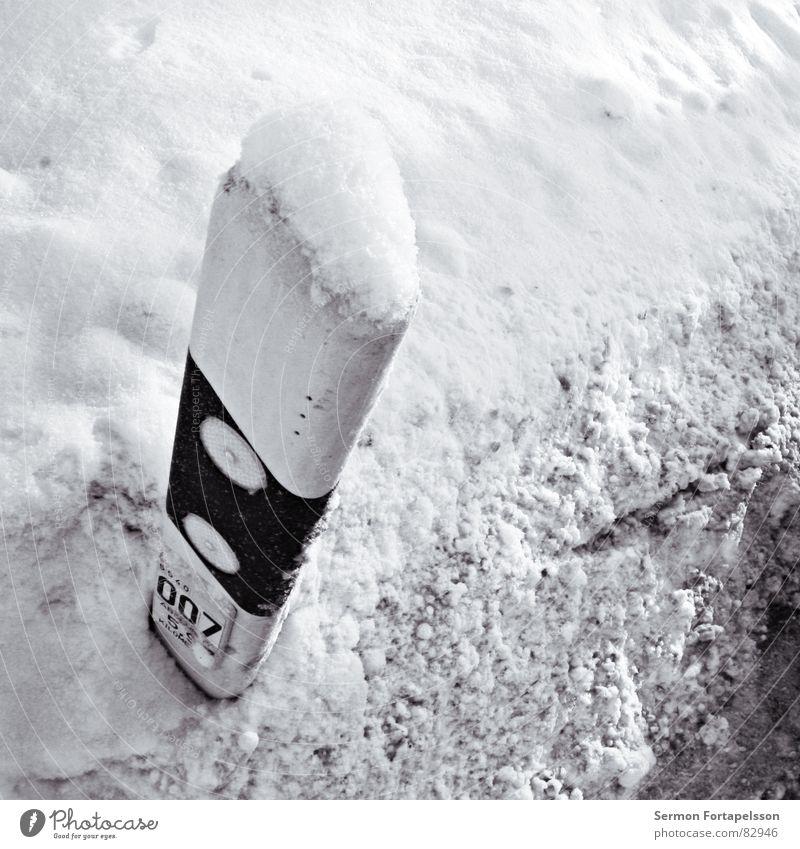 Null Null Sieben Incognito Winter schwarz Straße Schnee Landschaft dreckig Straßenverkehr Schilder & Markierungen Verkehr KFZ trist Asphalt Autobahn Verkehrswege Fahrzeug Säule