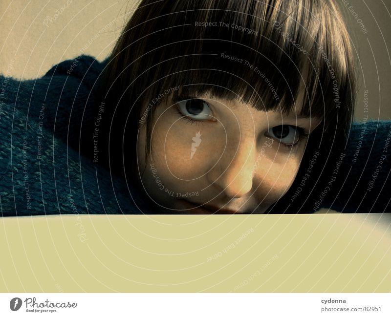 Selbstauslöser gefunden VI Frau Gefühle Haare & Frisuren Stil Porträt Auslöser Spielen Denken Verhalten Mensch abwägung abgeduckt tischkante Gesicht Kopf Auge