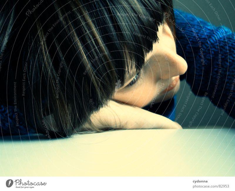 Selbstauslöser gefunden VIII Frau Gefühle Haare & Frisuren Stil Porträt Auslöser Spielen Denken Verhalten träumen liegen Erholung Hand Mensch abgeduckt