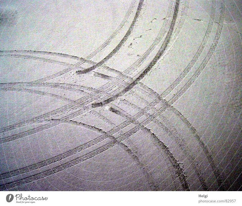 Spuren... weiß Winter dunkel schwarz kalt Straße Schnee grau Linie hell Eis weich Frost fahren Verkehrswege