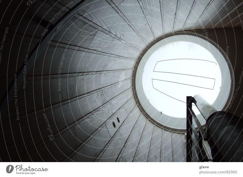 Treppe aufwärts teuer Fenster rund Haus Holz Wand Wendeltreppe Muster Linie Ausgang eng Innenaufnahme Fensterscheibe Schatten Kreis aufsteigen verdunkeln