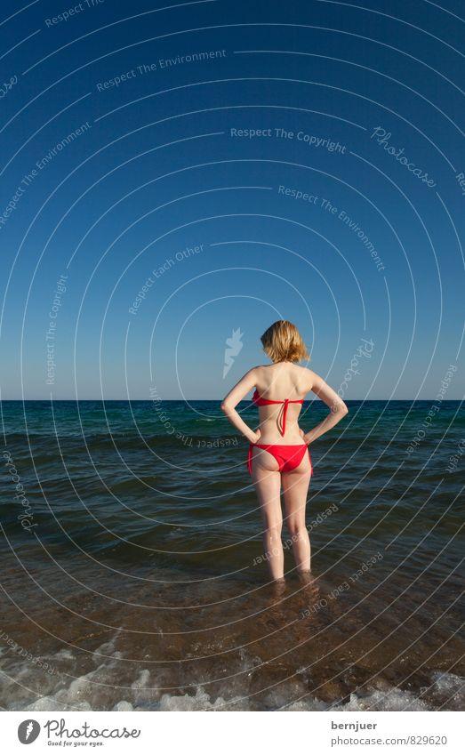 Mrs. Columbus Mensch Ferien & Urlaub & Reisen Jugendliche blau Wasser Meer Erholung Junge Frau rot Strand 18-30 Jahre Umwelt Erwachsene Wärme feminin Küste
