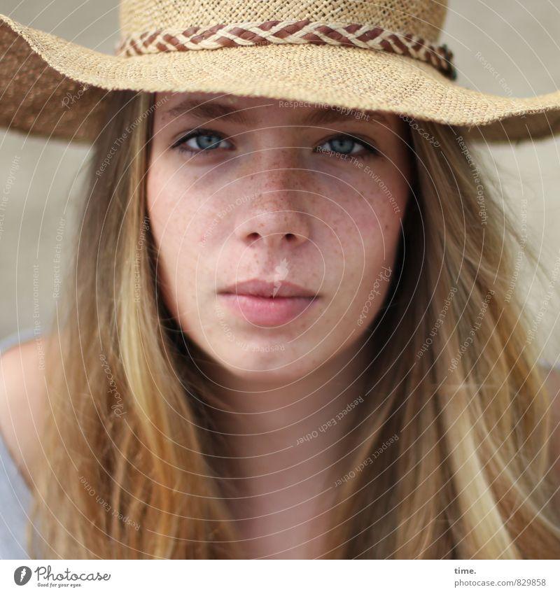 . Mensch schön ruhig feminin Zufriedenheit blond authentisch beobachten T-Shirt Kontakt Vertrauen Konzentration Hut Wachsamkeit Mut langhaarig