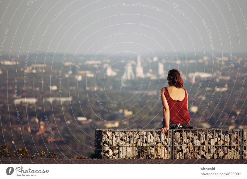 Himmel über Bochum Mensch feminin Frau Erwachsene 1 Ruhrgebiet Stadt Skyline Blick sitzen Fernweh Freiheit Perspektive Ferne Aussicht Farbfoto Gedeckte Farben