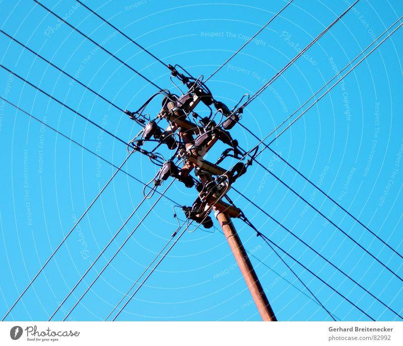 Ampelphase Himmel blau Industrie Energiewirtschaft Elektrizität Technik & Technologie Kabel Netz führen Spannung Strommast Draht Mischung durcheinander Leitung