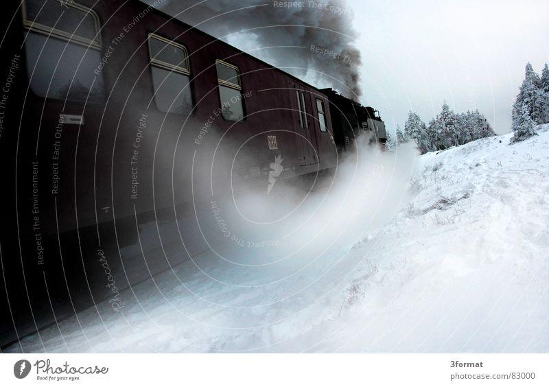 brockenbahn01 Eisenbahn kalt Geschwindigkeit Romantik Ferne Fernweh Winterurlaub Lokomotive Gleise Rauch Nadelwald Bahnfahren dampflock Bahnneigung Bruchstück