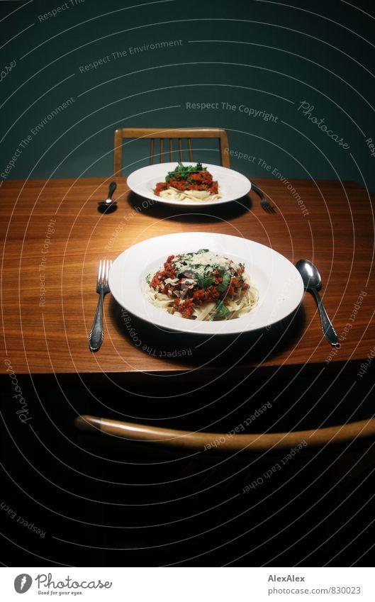 Zwei Mal Bolognese, einmal ohne Käse! Spaghetti Basilikum Nudeln Esstisch Stuhl Parmesan Abendessen Italienische Küche Geschirr Teller Besteck Gabel Löffel Holz