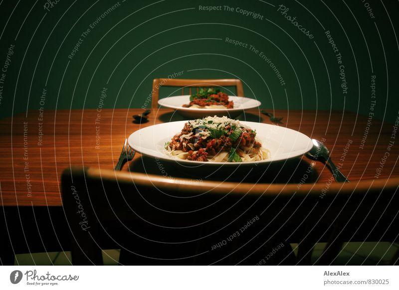 Spaghetti Bolognese grün Essen Stimmung braun Lebensmittel Zufriedenheit Ernährung retro Stuhl Kräuter & Gewürze heiß lecker Appetit & Hunger Geschirr Teller Backwaren
