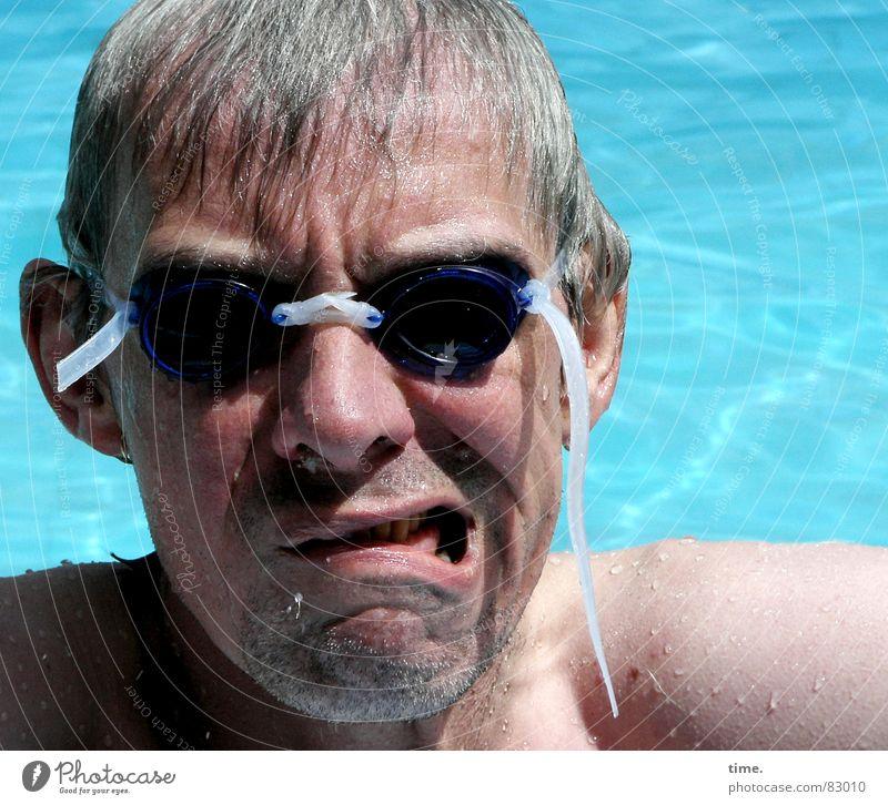 Cool im Pool - VI Mann Wasser blau Sommer Freude Erwachsene Gesicht kalt grau nass Schwimmen & Baden Nase frisch Coolness Brille weich
