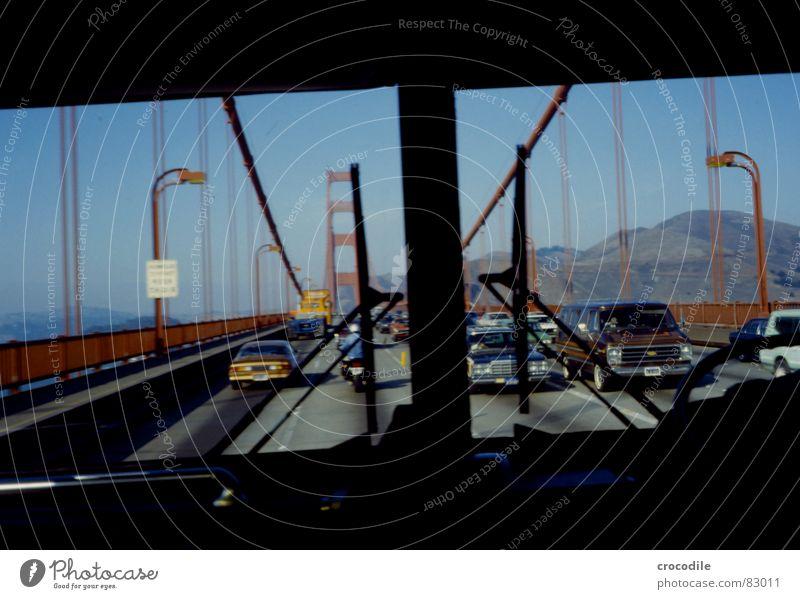 golden gate monumental See Kalifornien fahren Sehnsucht Fenster Eisen Stahl Amerika Meer Küste Überqueren San Francisco USA Baustahl Bus Brückenpfeiler trampen