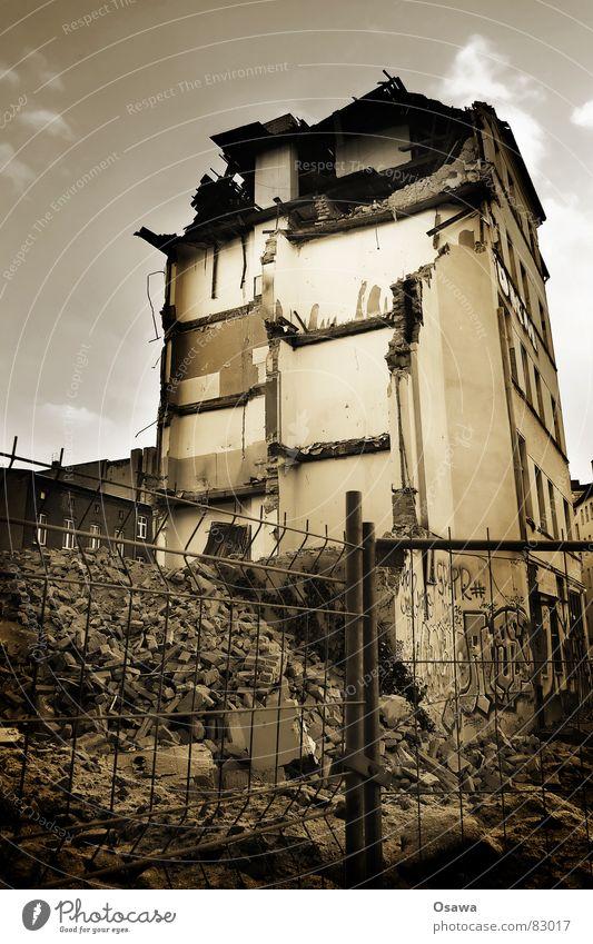 Abrisshaus alt Haus Berlin Wand Mauer Gebäude Dach Baustelle verfallen Etage Bauwerk Zaun Zerstörung Demontage Strebe Altbau