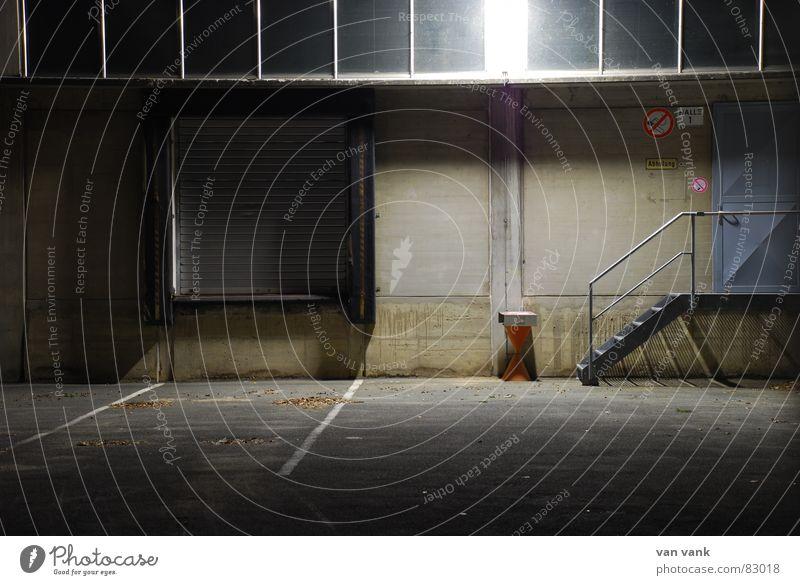 ganz naTÜRlich Versand Laderampe Asphalt Aschenbecher Verbote Nacht dunkel Fabrik Gelände Werkstatt Einsamkeit grau Fenster Mauer Ironie Trauer Gitter