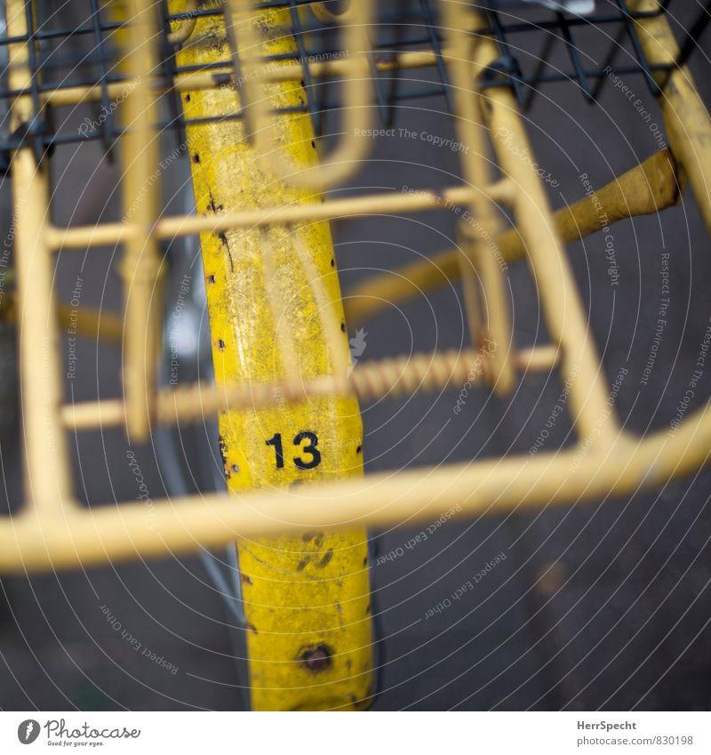 Die wilde 13 Straßenverkehr Fahrrad Metall Ziffern & Zahlen alt trashig trist gelb Gepäckablage Fahrradrahmen Fahrradfahren Schutzblech Patina Rost Farbfoto