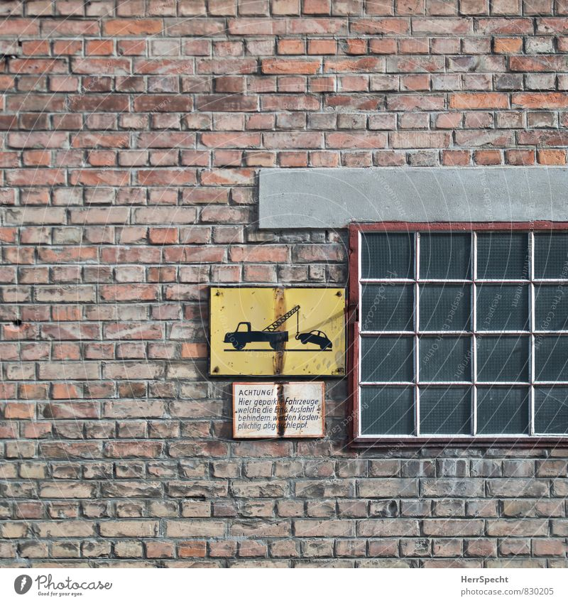 Achtung, freundlicher Hinweis alt Stadt Fenster Wand Mauer Gebäude Stein Metall Fassade Schilder & Markierungen Glas Schriftzeichen Hinweisschild Backstein