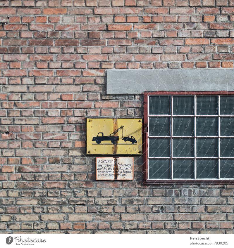 Achtung, freundlicher Hinweis Wien Österreich Stadt Gebäude Mauer Wand Fassade Fenster Autofahren Stein Glas Metall Schriftzeichen Schilder & Markierungen