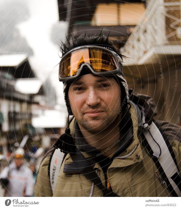 Der Schnee kann kommen Ferien & Urlaub & Reisen Mann Junger Mann Freude Winter kalt Erwachsene Schnee Sport Haare & Frisuren orange Freizeit & Hobby groß Bekleidung Coolness Körperhaltung