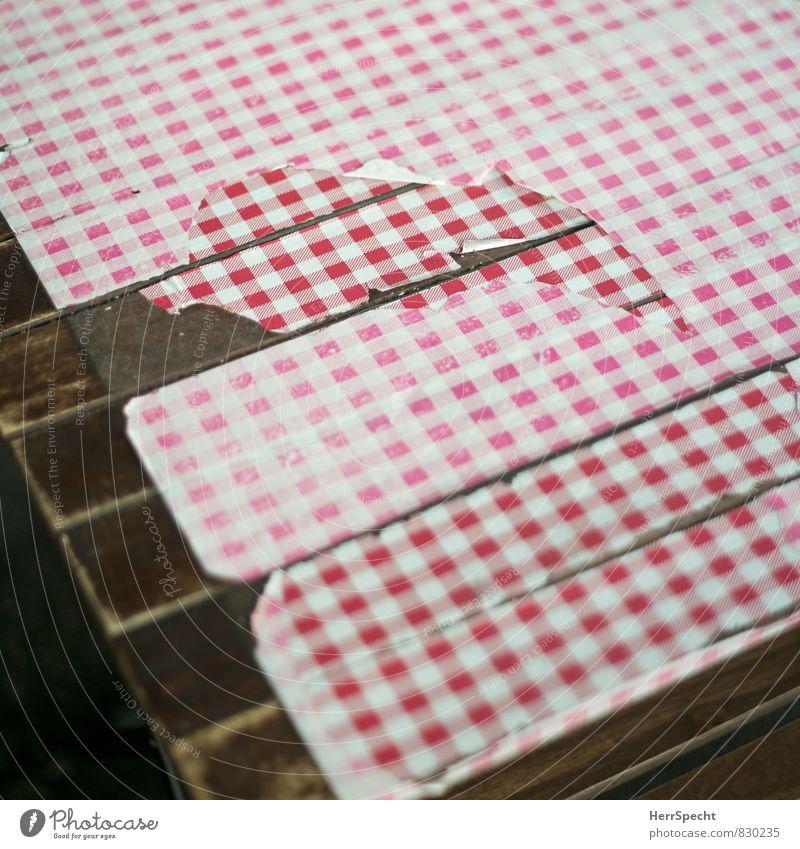 Auge isst mit alt weiß rot Holz braun trist Tisch kaputt Schutz Gastronomie Riss Restaurant trashig kariert Tischwäsche