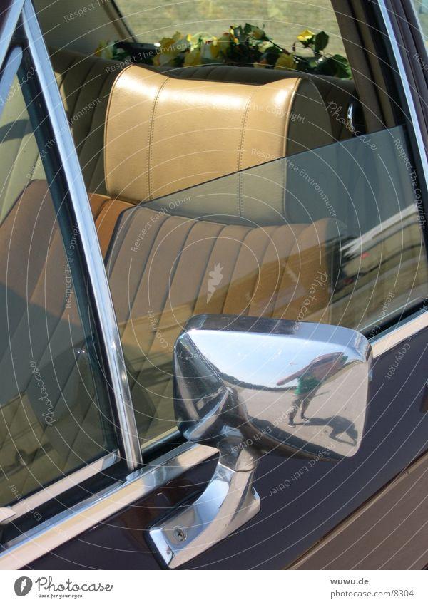 diplomatico Diplomat beige rot Spiegel Rückspiegel Verkehr Detailaufnahme PKW Opel Sitzgelegenheit Innenansicht Innenaufnahme