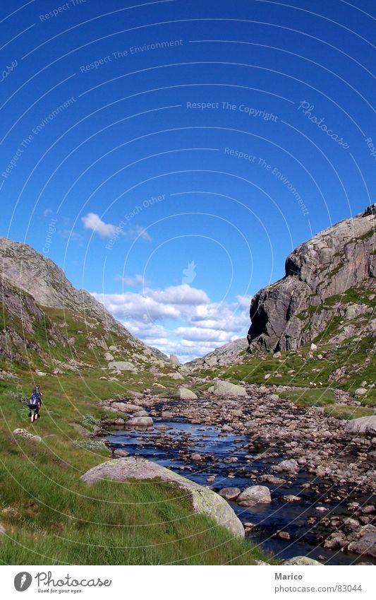 Norwegen Wanderung Himmel Berge u. Gebirge Stein wandern Felsen Bach Skandinavien Rucksack