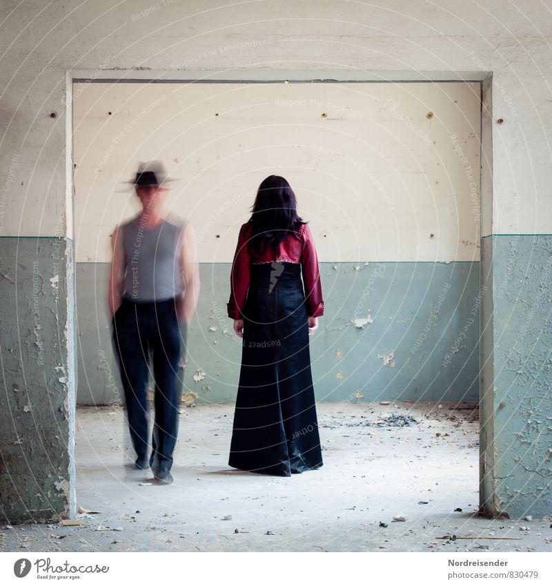 Aus der Zeit gefallen | Zeitfenster Mensch Frau Mann Erwachsene Wand Wege & Pfade feminin Mauer Zusammensein maskulin träumen Raum Tür elegant Kommunizieren
