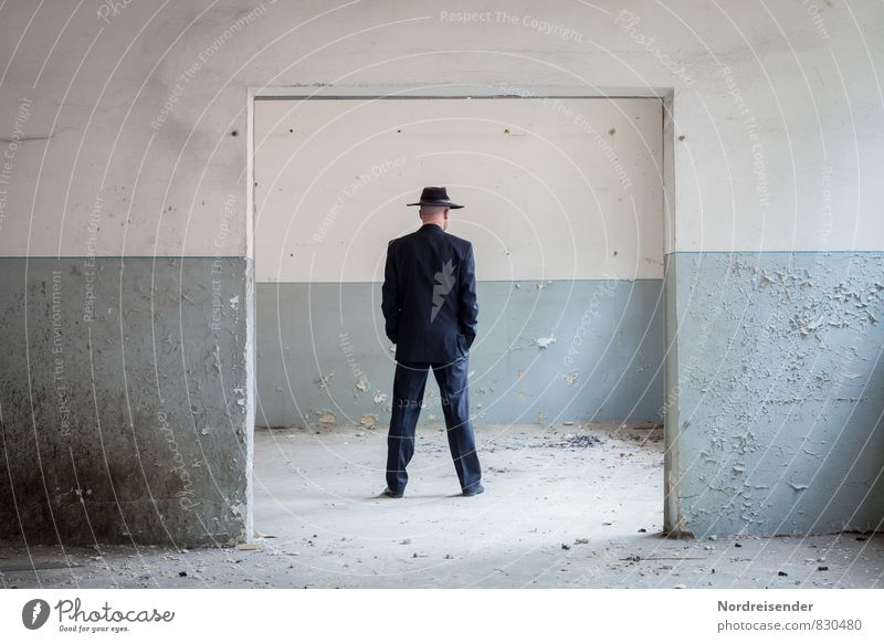 Innehalten Business Ruhestand Feierabend Mensch maskulin Mann Erwachsene 1 Haus Bauwerk Gebäude Architektur Mauer Wand Tür Wege & Pfade Anzug Hut stehen kaputt