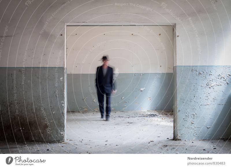 Erinnerung Renovieren Innenarchitektur Raum Ruhestand Mensch maskulin Mann Erwachsene 1 45-60 Jahre Architektur Mauer Wand Tür Anzug Hut dreckig blau weiß Leben
