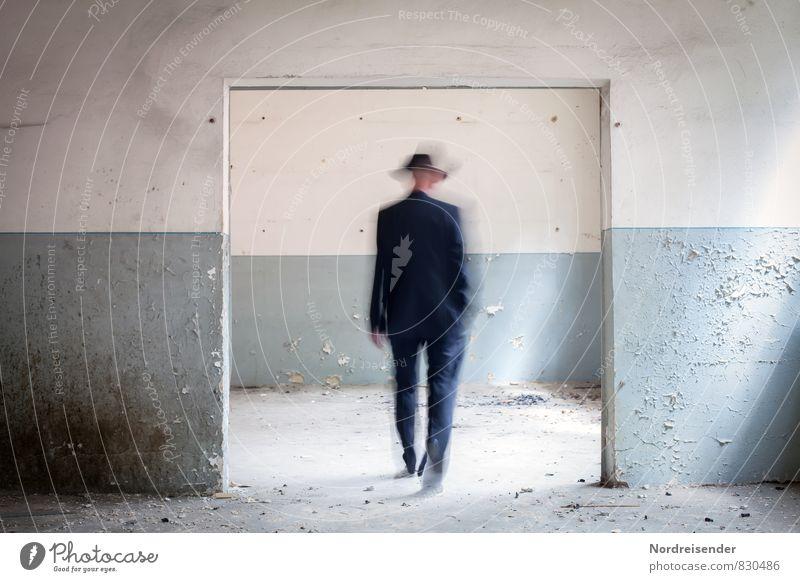 Fehl am Platz | Dimensionstor Zeitmaschine Mensch maskulin Mann Erwachsene 1 Bauwerk Architektur Mauer Wand Tür Wege & Pfade Anzug Hut laufen blau weiß