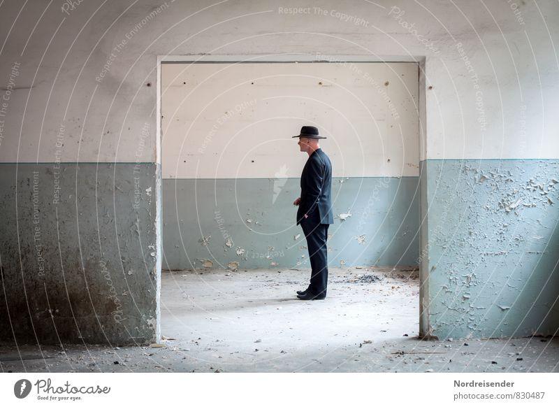 Nachdenken..... Mensch Mann blau weiß Einsamkeit Erwachsene Wand Leben Innenarchitektur Architektur Wege & Pfade Mauer Zeit maskulin Raum Business