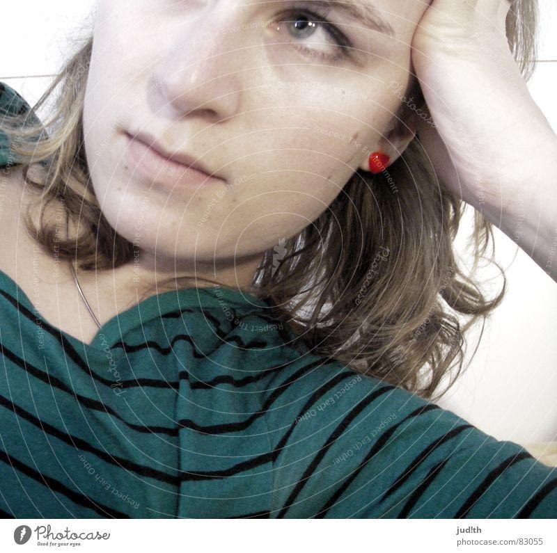 lost in thought Frau grün rot Gedanke träumen Konzentration Mensch Herz Denken