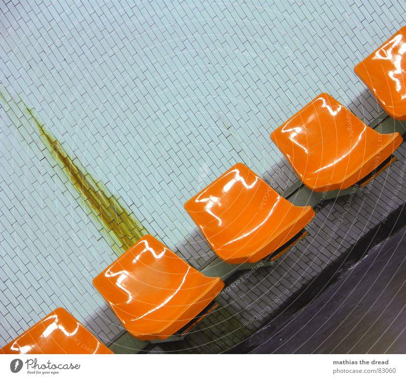 bremsspur 2 alt Einsamkeit Wand Tod Mauer orange warten dreckig Hintergrundbild leer trist Bank Stuhl Bodenbelag Fliesen u. Kacheln Paris