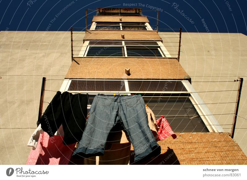 aber rein muss es sein Himmel blau Haus Fenster Seil Bekleidung Ordnung Jeanshose Sauberkeit Reinigen Hose festhalten Hemd hängen Wäsche
